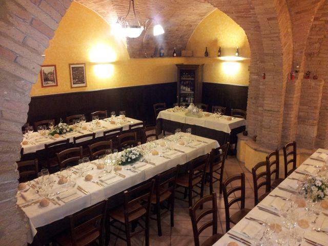 interno della sala con tavoli apparecchiati della pizzeria
