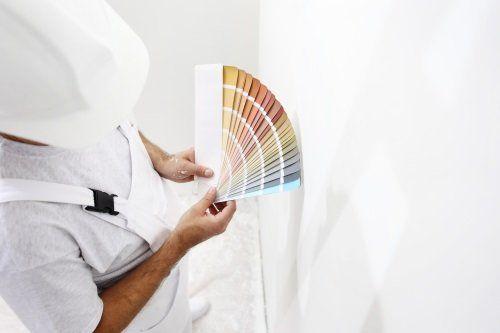 pittore che sta scegliendo tonalità di colore per la parete