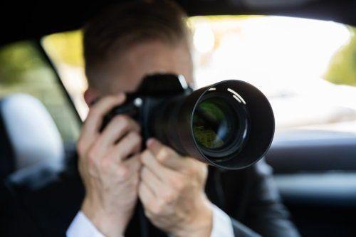 un uomo in una macchina che usa una macchina fotografica
