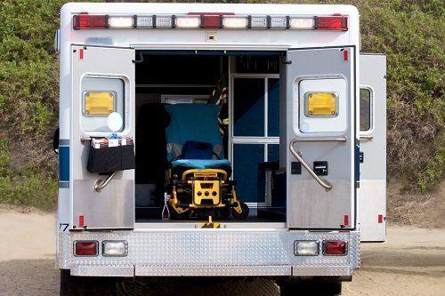 un'ambulanza con dentro una barella