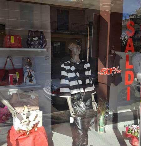 Vista esterna della vetrina del negozio che espone articoli diversi con sconti