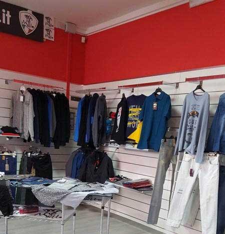 Vista interna del negozio con diversi articoli di abbigliamento esposti