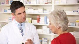 una signora che parla con un farmacista