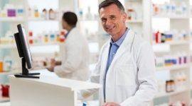 un farmacista con un camice bianco