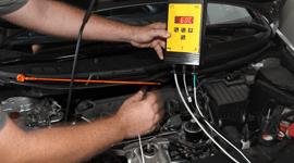 Operaio che effettua un servizio di installazione o ricarica di climatizzatori