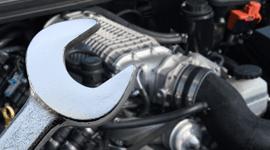 Una chiave inglese vicino al motore per un adeguamento