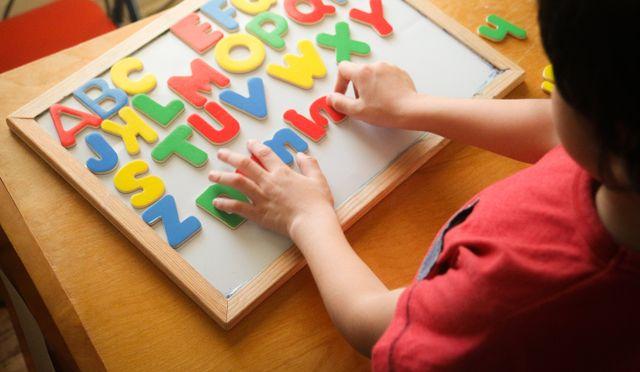 Il ragazzo sta imparando gli alfabeti a casa