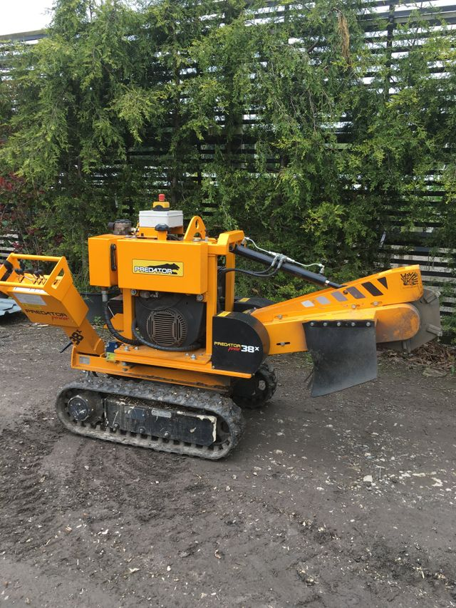 Narrow stump grinder to get through small spaces