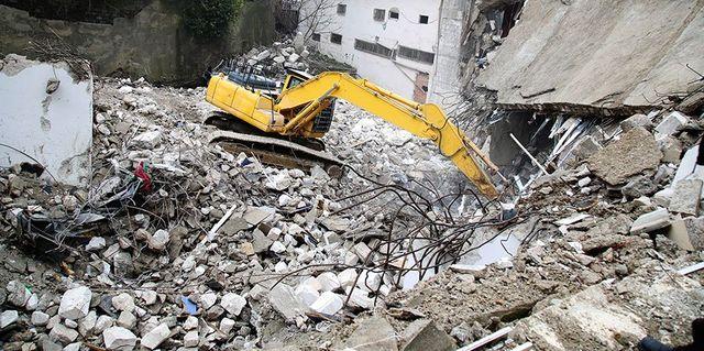 Retro escavatore lavorando in una demolizione
