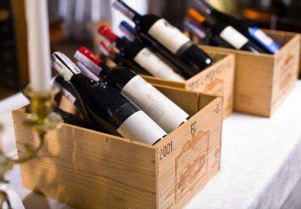 casse di legno contenenti delle bottiglie di vino