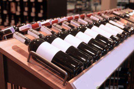 delle bottiglie di vino esposte