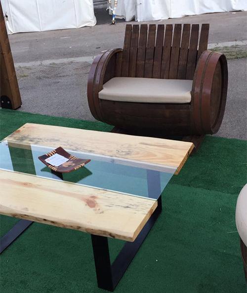 Set composto da una poltrona realizzata in botte di legno e un tavolino