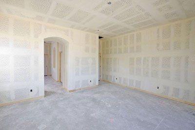 vista di una stanza ampia all'interno di una casa fresca di imbiancatura
