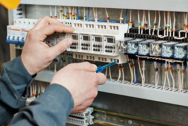 tecnico sistemando un impianto elettrico