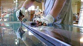 operaio esegue lavorazione su vetro