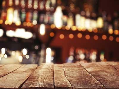 bancone in legno di un pub