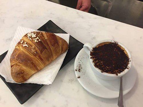 Caffè e cornetto alla caffetteria Bistrot Marino a Castel Volturno