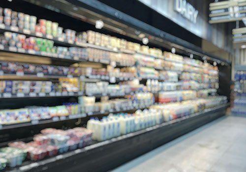 un frigorifero di un supermercato con dei prodotti esposti