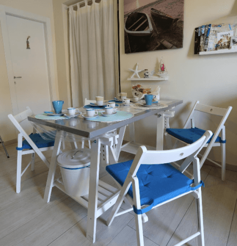 tavolo con sedie  apparecchiato con tazze