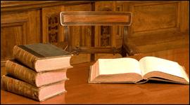 libri giustizia sul tavolo