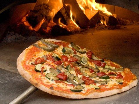 Pizza sulla bocca del forno