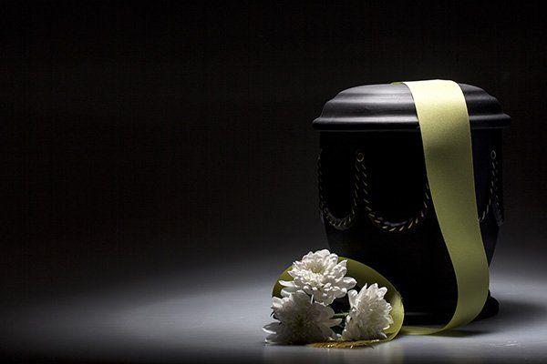 dei fiori e un contenitore per cremazioni