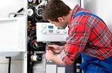 addetto durante la riparazione di un impianto