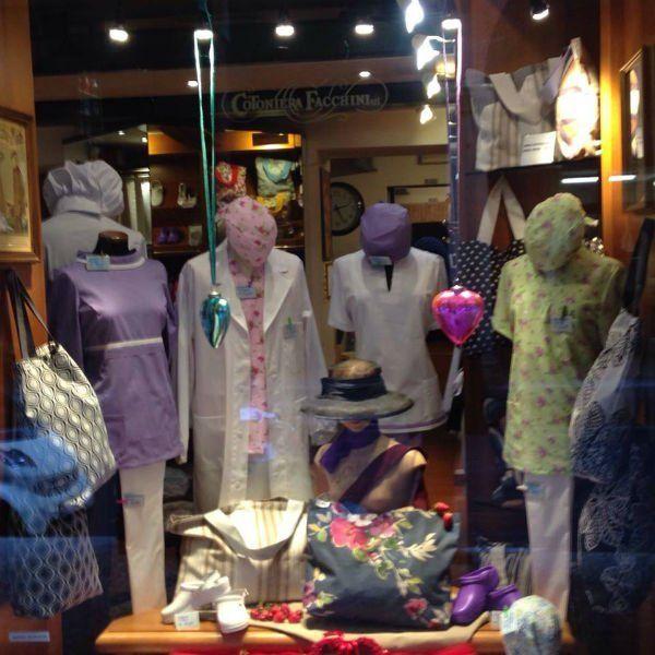 degli abiti su dei manichini in un negozio