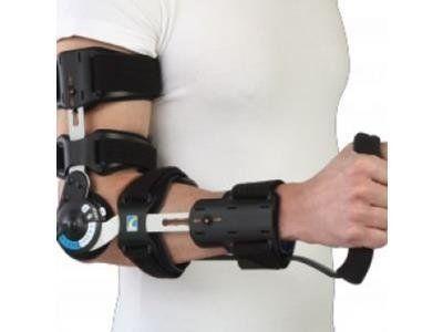 un uomo con un tutore meccanico al braccio
