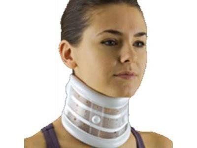 una ragazza con un collare