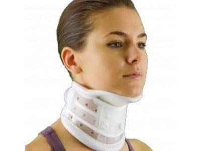 una ragazza con un collare bianco