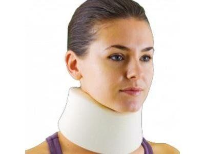 un collare bianco al collo di una ragazza