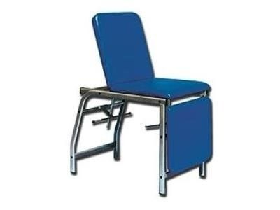 una sedia blu con supporto per le gambe