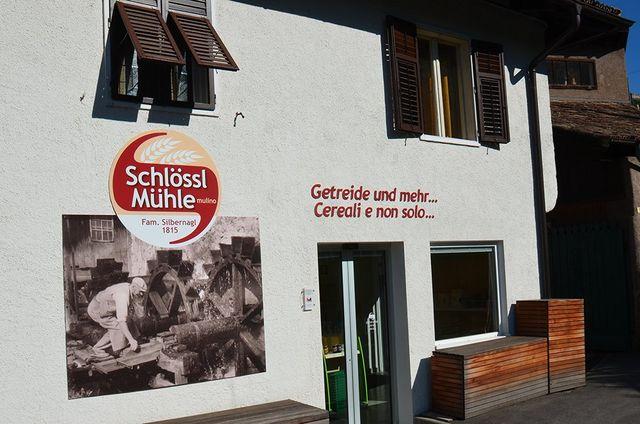 entrata del negozio con insegna marchio SCHLOOSL MUHLe sul muro
