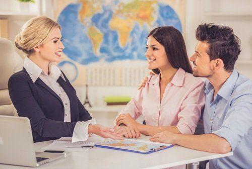 Impiegata parlando con una coppia giovane