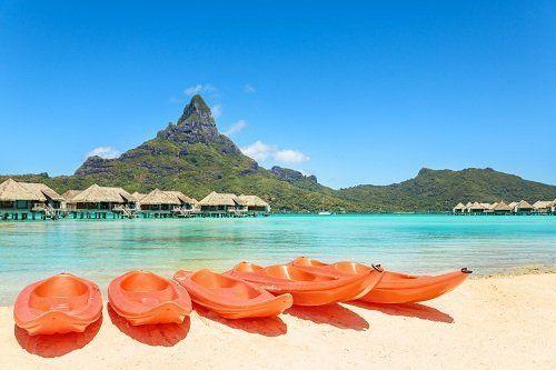 Bungalows in acqua blu calypso e kayac nella sabbia bianca