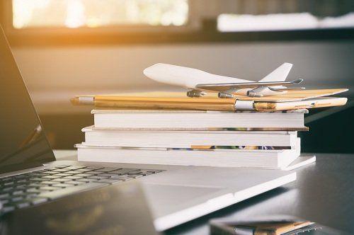 Avion di giocattolo su una pila di libri