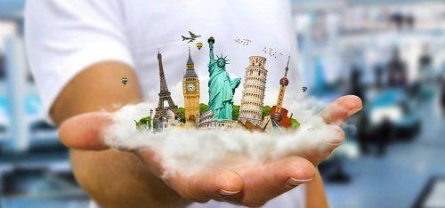 Sostenendo magneti di monumenti del mondo nella mano