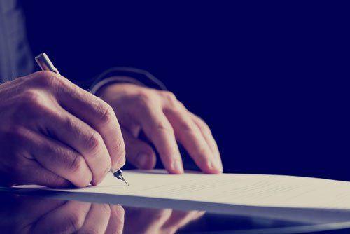 Mano firma i documenti