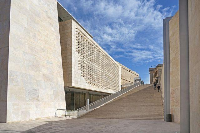 Blick über das Meer zu den neuen Museen in Marseille.