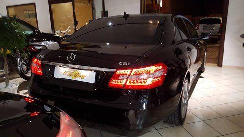 Parte posteriore esterna di una vettura di colore nero