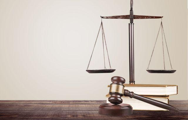 martello da giudice, bilancia e libri su una scrivania