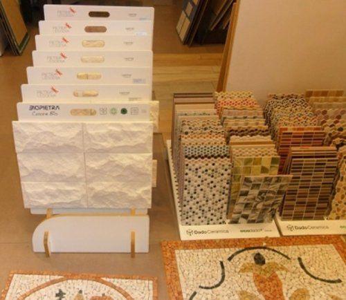 esposizione di differenti ceramiche per il bagno