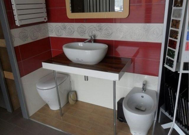piano lavandino su bagno in marmo rosso e grigio
