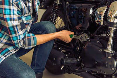 meccanico mentre ripara una motocicletta