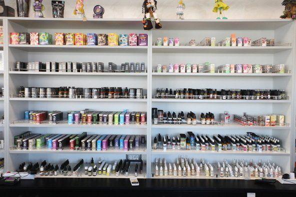 uno scaffale con dei prodotti per sigarette elettroniche