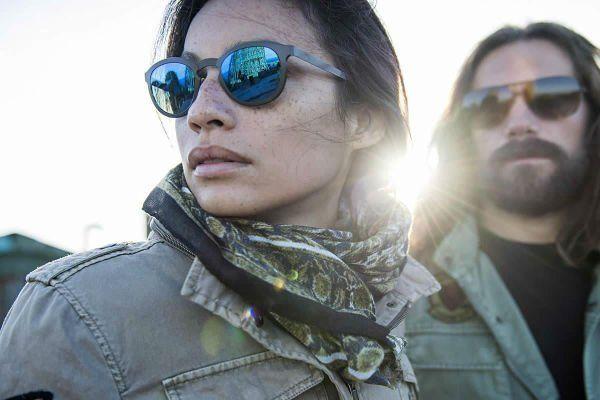 Una coppia di giovani che indossa occhiali da sole alla moda
