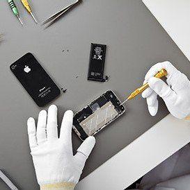 addetto mentre ripara un telefono cellulare