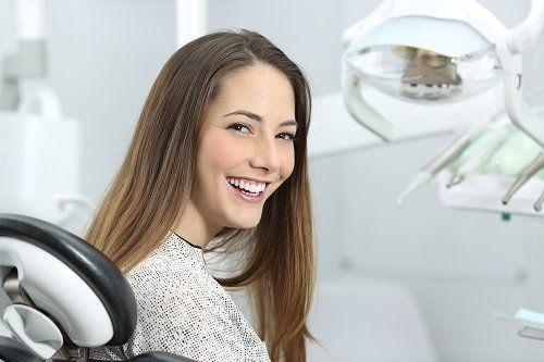 una paziente del dentista che sorride