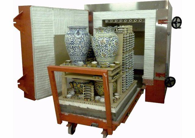 forno con carico di ceramiche che sta per essere cotto